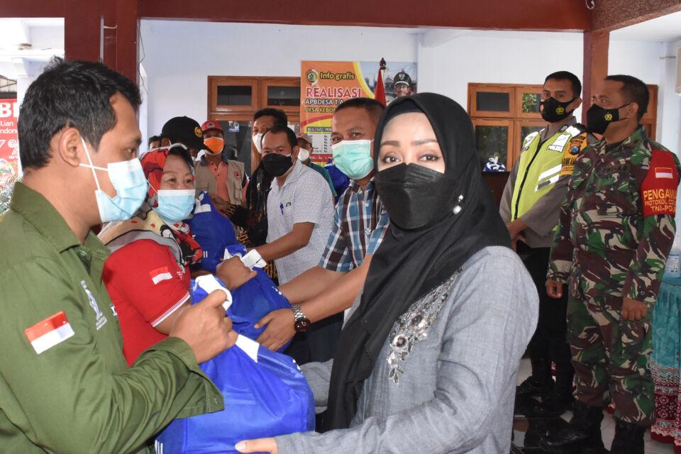 Beberkan Bahaya Covid sembari Salurkan Bansos di Mojokerto