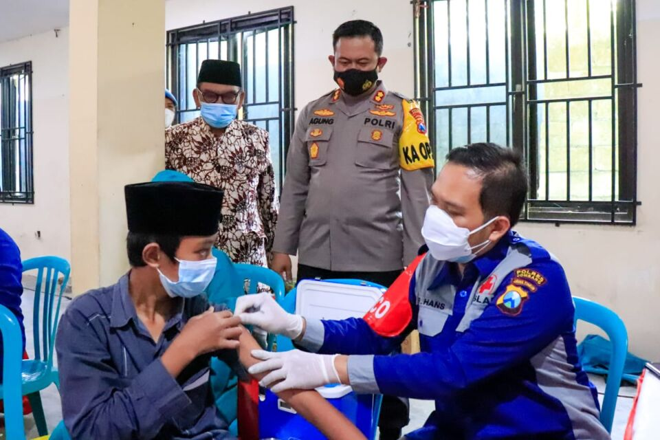 Dipantau Jokowi, Ribuan Santri di Jombang Ikuti Vaksinasi Merdeka