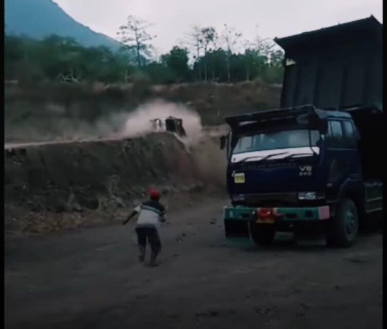Viral Vidio Truk Terguling di Galian C Mojokerto, Begini Nasib Pengemudinya