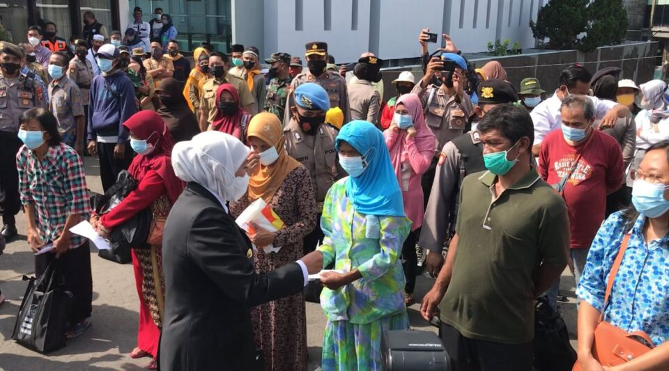 Datang ke Blitar, Gubernur Khofifah Bagi-bagi Sembako dan Uang ke Warga