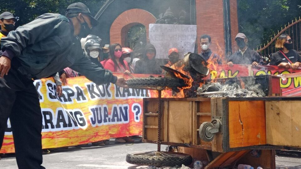 Gagal Audiensi, PKL SLG Bakar Gerobak di Depan Gedung DPRD Kediri