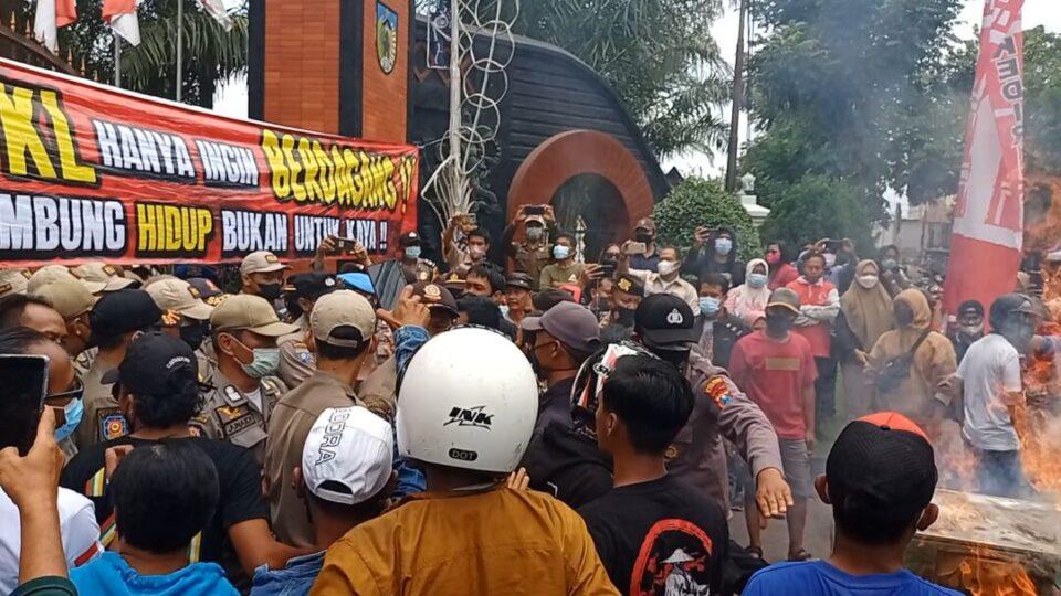 Demo PKL SLG di Pendopo Kediri Berlangsung Ricuh