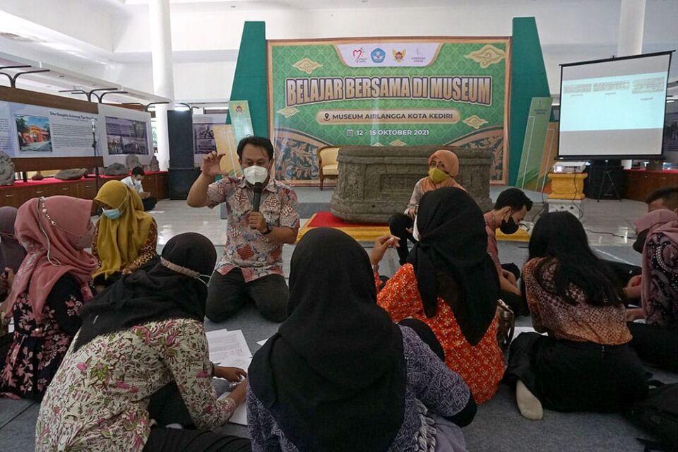 Peringati Hari Museum Nasional, Remaja Kota Kediri Diajari Baca-Tulis Aksara Jawa
